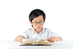 Junges asiatisches Schülerlesebuch Stockfotos