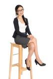 Junges asiatisches weibliches Sitzen Fullbody lizenzfreie stockbilder