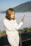 Junges Asien-Frauengebrauchs-Telefon conection stockfotografie