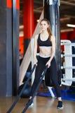 Junges Athletenmädchen tut Übungen an der Turnhalle Getrennt auf Weiß lizenzfreie stockfotos