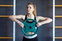 Junges Athletenmädchen tut Übungen an der Turnhalle Getrennt auf Weiß stockbilder