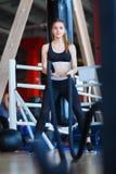 Junges Athletenmädchen tut Übungen an der Turnhalle Getrennt auf Weiß stockfoto