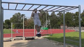 Junges Athletentraining auf gymnastischen Stangen stock video footage