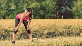 Junges athletisches Mädchen, das bevor dem Rütteln ausdehnt stockfoto