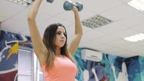 Junges athletisches Mädchen engagierte sich in der Eignung und in den Gewichten stock video footage