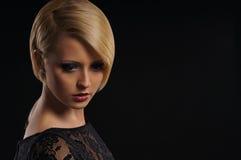 Junges attraktives blondes über dunklem Hintergrund Lizenzfreie Stockfotos