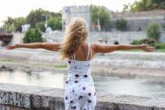 Junges attraktives blondes Mädchen, das ihre Arme verbreitet Lizenzfreie Stockfotografie