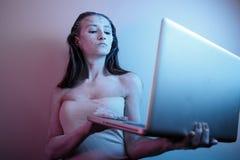 Junges attraktives jugendlich Mädchen leidendes Cyberbullying oder herausgestellt dem Cyber, der einschüchtern und dem Internet-B lizenzfreies stockbild