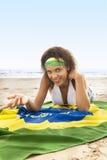 Junges attraktives Mädchen auf Strand mit Brasilien-Flagge stockbilder