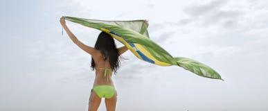 Junges attraktives Mädchen auf Strand mit Brasilien-Flagge Stockfotografie
