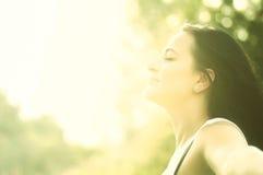 Junges attraktives Mädchen, das im Sonnenlicht badet stockfotos