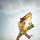 Junges attraktives Mädchen, das mit Brasilien-Flagge in der Luft springt lizenzfreie stockfotos
