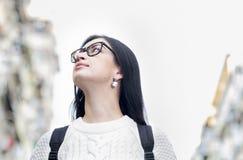 Junges attraktives Mädchen in den Brillen gehend auf die Straße stockfoto