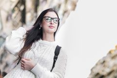 Junges attraktives Mädchen in den Brillen gehend auf die Straße lizenzfreie stockfotos