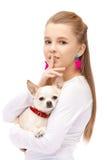 Junges attraktives Mädchen der blauen Augen mit HundeChihuahua Stockfotografie