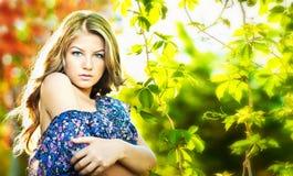 Junges attraktives Mädchen mit dem blauen Kleid im Freien Lizenzfreie Stockfotografie