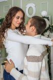 Junges attraktives Mädchen umarmt ihren Freund und Grinsen stockbild