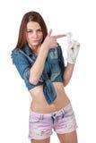 Junges attraktives Mädchenschießen mit der leeren Hand an der Fingermarionette stockfoto