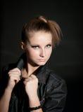 Junges attraktives Mode-Modell, das auf dunklem Hintergrund aufwirft. Lizenzfreies Stockfoto