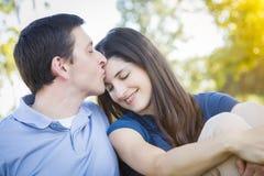 Junges attraktives Paar-Porträt im Park stockbilder