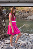 Junges audlt Porträt im rosa Kleid draußen lizenzfreie stockfotos