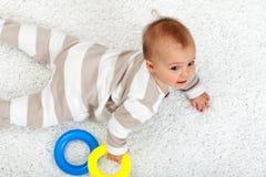Junges Baby auf dem Fußboden Stockfotos