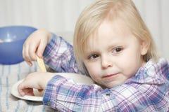 Junges Baby, das Frühstücksandwich isst Lizenzfreies Stockbild