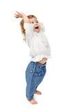 Junges Baby, das zuhause applaudierend und lächelnd steht Stockfotografie