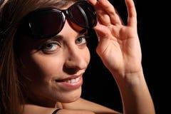 Junges Baumuster mit reizvollem Lächeln in den dunklen Sonnenbrillen Lizenzfreies Stockbild