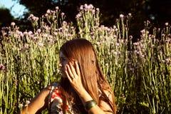Junges besorgtes Mädchen im Wald, das besorgt und erschrocken glaubt Lizenzfreies Stockbild