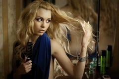 Junges blondes über dem Spiegel Lizenzfreie Stockfotografie