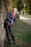 Junges blondes Art und Weisebaumuster draußen. Lizenzfreie Stockbilder