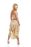 Junges blondes Baumuster mit einem goldenen Kleid Lizenzfreie Stockfotografie