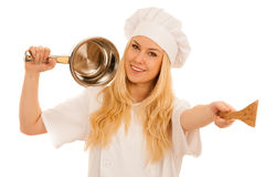 Junges blondes Chef woamn hält Küchengeschirr, während sie sich vorbereitet zu gurren Stockfotos