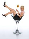 Junges blondes in einem Martini-Glas Lizenzfreies Stockfoto