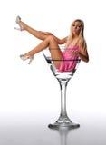 Junges blondes in einem Martini-Glas Lizenzfreie Stockfotografie