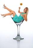 Junges blondes in einem Martini-Glas Stockfotos