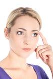 Junges blondes Frauen-Denken Lizenzfreie Stockfotos