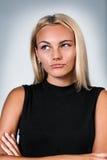 Junges blondes Frauendenken Lizenzfreie Stockfotografie