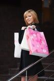 Junges blondes Fraueneinkaufen Lizenzfreies Stockbild