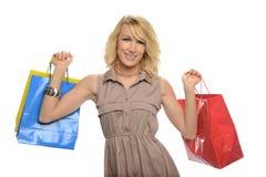 Junges blondes Fraueneinkaufen Stockbilder