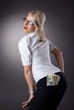 Junges blondes Frauenerscheinengeld in den Jeans Stockfotos