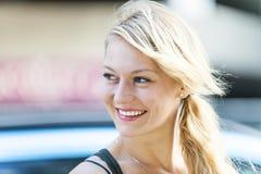 Junges blondes Frauenlächeln Lizenzfreie Stockbilder