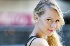 Junges blondes Frauenportrait Lizenzfreie Stockbilder