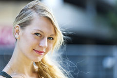 Junges blondes Frauenportrait Lizenzfreies Stockbild