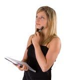 Junges blondes Frauenportraitschwarzkleid und -notizbuch Lizenzfreies Stockbild