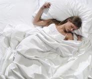 Junges blondes Frauenschlafen Stockfotografie