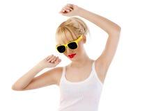 Junges blondes Frauentanzen gegen weißen Hintergrund Stockfoto