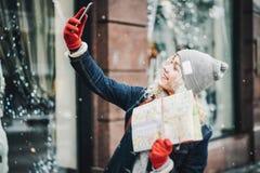 Junges blondes gelocktes Mädchen, das selfie macht stockbild