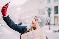 Junges blondes gelocktes Mädchen, das selfie macht stockfotos